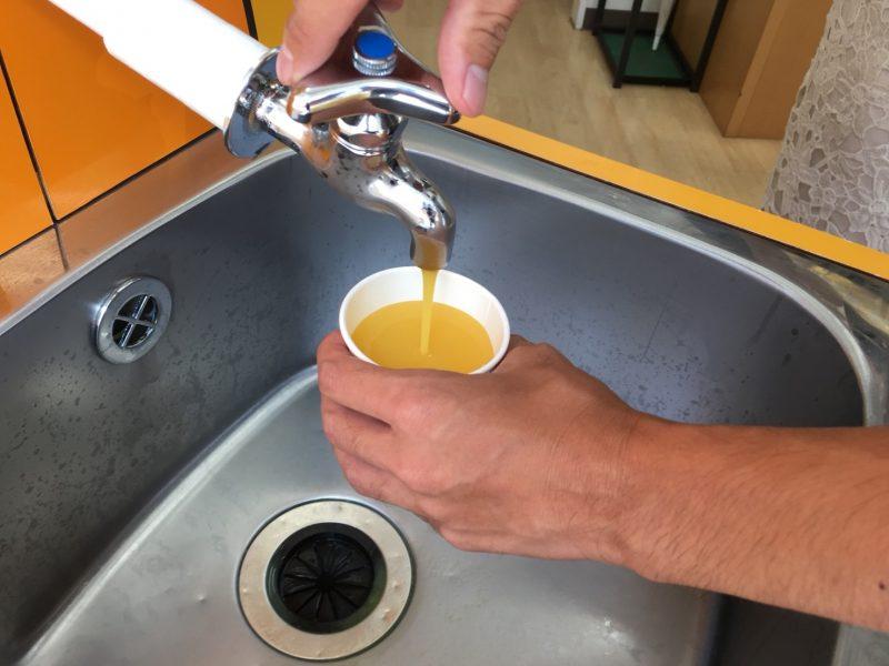 蛇口からオレンジジュースが出ている写真